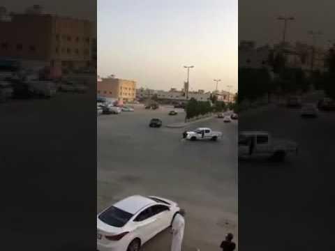 المغرب اليوم  - شاب ينجو من الموت بأعجوبة بعد سقوطه تحت عجلات سيارته