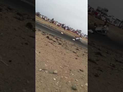 المغرب اليوم  - شاهد لحظة طيران شابين في الهواء بسبب انقلاب سيارة