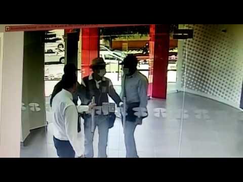 المغرب اليوم  - شاهد موظف يمنع سرقة بنك بحيلة ذكية