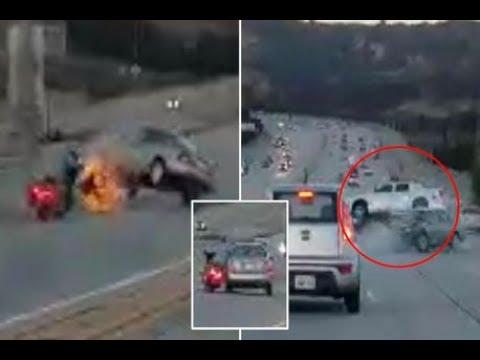 المغرب اليوم  - شاهد مناورة بين موتوسيكل وسيارة على الطريق انتهت بكارثة