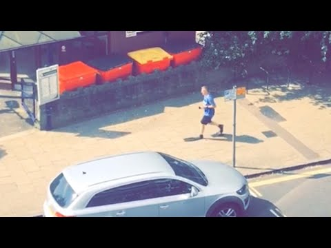 المغرب اليوم  - شاهد رجل يثير ضحك رواد مواقع التواصل أثناء سيره بالـزعانف