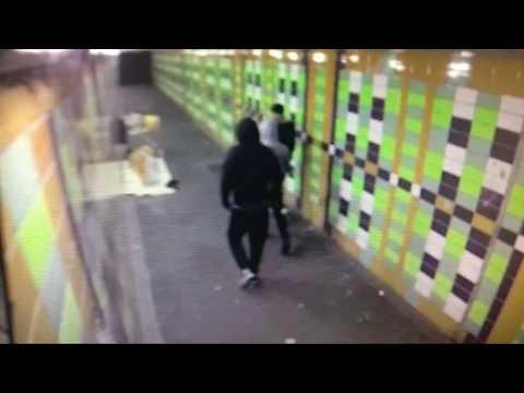 المغرب اليوم  - شاهد مجموعة من الشباب يطلقون الألعاب النارية على متسوّل نائم
