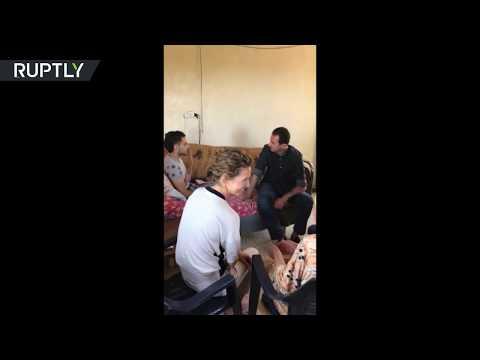المغرب اليوم  - الأسد رفقة قرينته يزوران عائلة جريح في ريف حماة