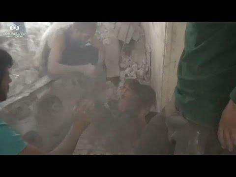 المغرب اليوم  - شاهد لحظة إنقاذ طفلين من تحت الأنقاض إثر غارة جوية في عين ترما
