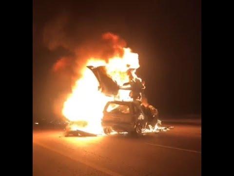 المغرب اليوم  - شاهد تفحم أسرة وسائقها في حادث تصادم سيارة بشاحنة