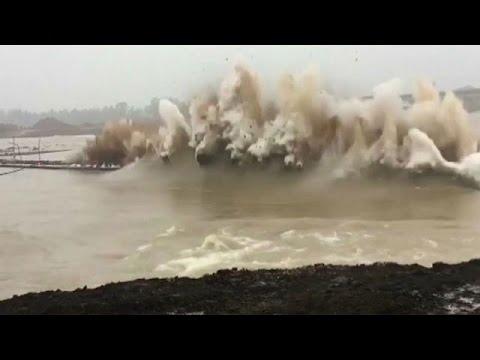 المغرب اليوم  - شاهد لحظة تفجير سد في الصين