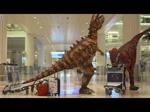 المغرب اليوم  - بالفيديو  ديناصورات تستقبل المسافرين في مطار دبي الدولي