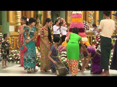 المغرب اليوم  - مصممون بورميون يضفون طابعًا عصريًا على الملابس التقليدية