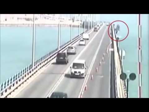 المغرب اليوم  - شاهد كاميرا مراقبة ترصد لحظة سقوط شاحنة من أعلى جسر