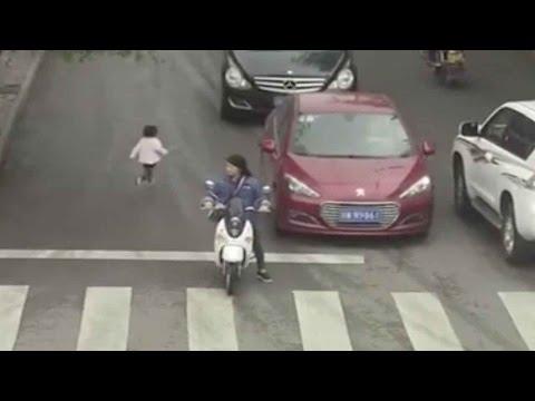 المغرب اليوم  - شاهد رضيعة صينية تعبر شارعًا مزدحمًا وتدهسها سيارتان ولا تتأثر
