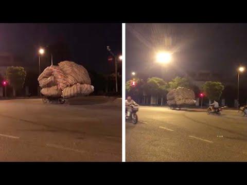 المغرب اليوم  - شاهد حمولة ضخمة فوق عجلة تثير دهشة المارة