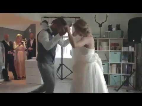 المغرب اليوم  - شاهد رد فعل عريس سخرت منه عروسه لفشله في رقصة ديسباسيتو
