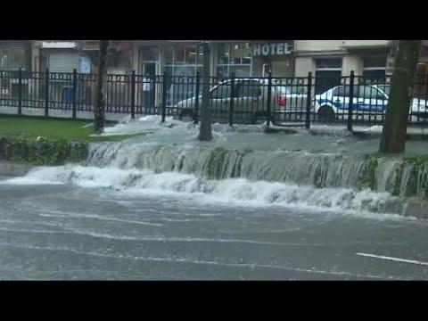 المغرب اليوم  - شاهد أمطار الصيف تشلّ الحركة في إسطنبول