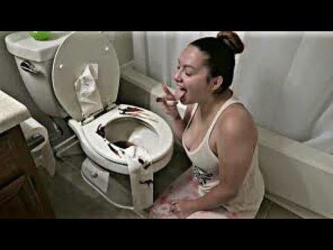 المغرب اليوم  - شاهد رجل يصدم من تناول زوجته للفضلات من المرحاض