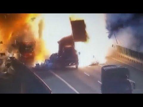 المغرب اليوم  - شاهد اصطدام سيارة بمقطورة متوقّفة يتسبّب في انفجار هائل
