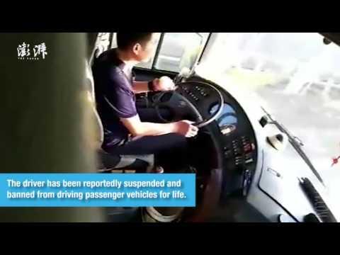 المغرب اليوم  - شاهد سائق أتوبيس يقشر تفاحة أثناء القيادة