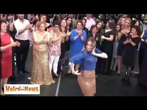 المغرب اليوم  - شاهد فتاة حسناء تخطف الأضواء من العروس برقصة مميزة
