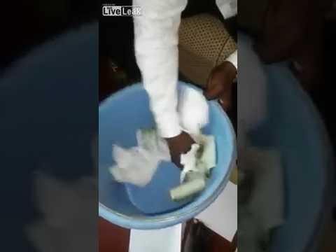 المغرب اليوم  - شاهد ساحر يحوّل الأوراق البيضاء إلى نقود