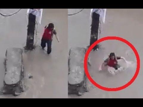 المغرب اليوم  - شاهد فيضان يسحب فتاة يثير رعب المارة في النيبال