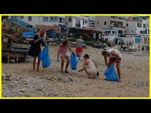 المغرب اليوم  - شاهد سياح أجانب ينظفون ما أفسده مصطافون مغاربة