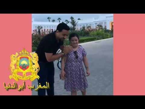 المغرب اليوم  - شاهد رشيد العلايلي يداعب طفلة من ذوي الاحتياجات الخاصة