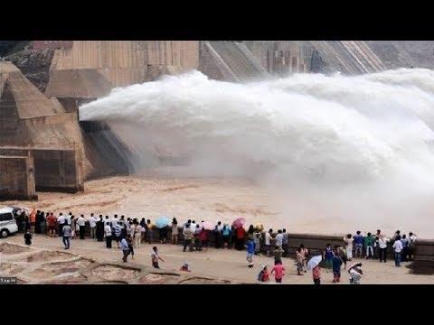 المغرب اليوم  - بالفيديو لحظات مذهلة لتصريف مياه السدود عند الطوارئ