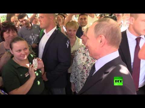 المغرب اليوم  - شاهد سائحة تطبع قبلة على خد بوتين في شارع وسط موسكو