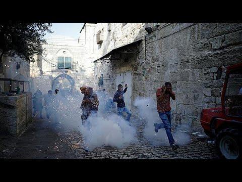 المغرب اليوم  - شاهد تجدد الاشتباكات في باحة الأقصى بعد إزالة البوابات الإلكترونية