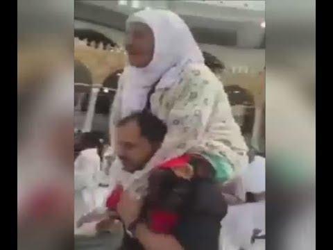 المغرب اليوم  - شاهد مصري يحمل عجوزًا على كتفيه ويطوف بها حول الكعبة