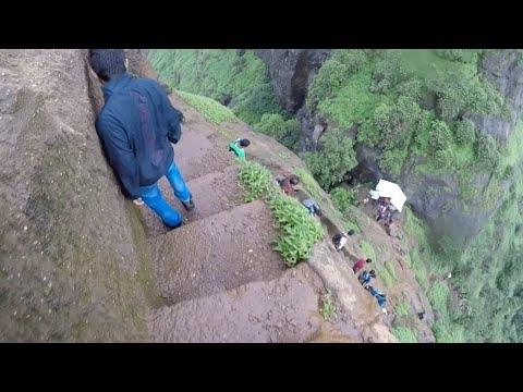 المغرب اليوم  - شاهد شباب يخوضون مغامرة خطيرة على احدى قمم الجبال