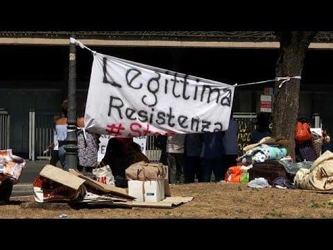 المغرب اليوم  - شاهد اللاجئون في روما يحتجون على إخلائهم من منازلهم