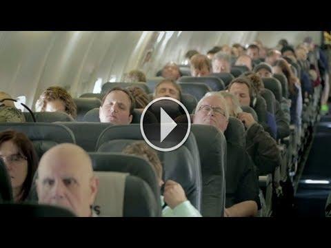 المغرب اليوم  - شاهد غلبهم النوم في الطائرة وعندما استيقظوا لم يصدقوا ما يرون بأعينهم