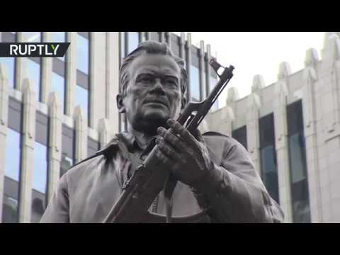 المغرب اليوم  - شاهد إزاحة الستار عن تمثال ميخائيل كلاشينكوف في وسط موسكو