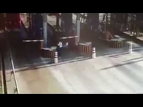 المغرب اليوم  - شاهد شاحنة بنزين مشتعلة تثير رعب عمال بوابة رسوم
