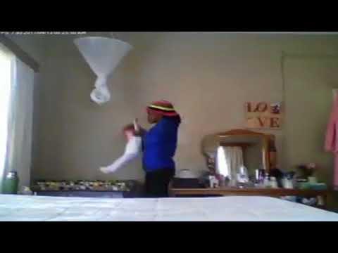 المغرب اليوم  - مربية ترمي طفلة في سريرها مثل الدمية
