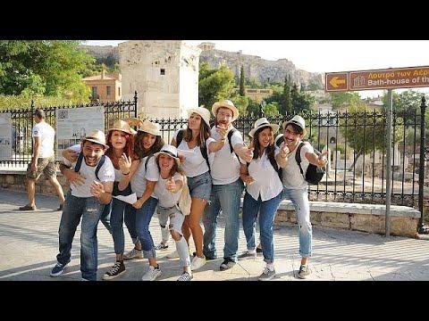 المغرب اليوم  - شاهد فرقة ممثلين شباب يؤدون مسرحيات قصيرة خارج الآثار الشهيرة في أثينا