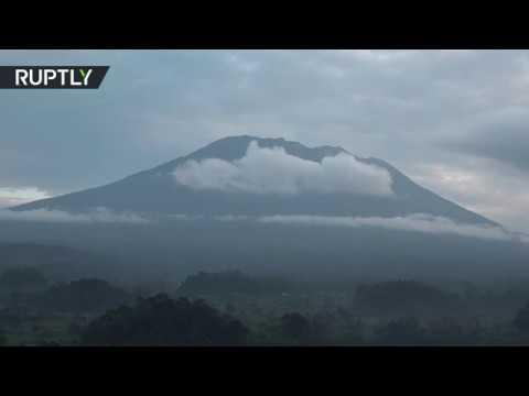 المغرب اليوم  - شاهد تزايد نشاط بركان آغونغ في جزيرة بالي في إندونيسيا