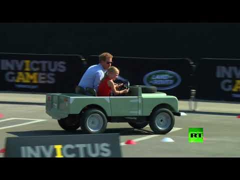 المغرب اليوم  - الأمير هاري يركب سيارة تقودها بنت صغيرة