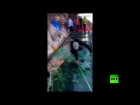 المغرب اليوم - شاهد لحظة ظهور شروخ عديدة في جسر زجاجي في الصين