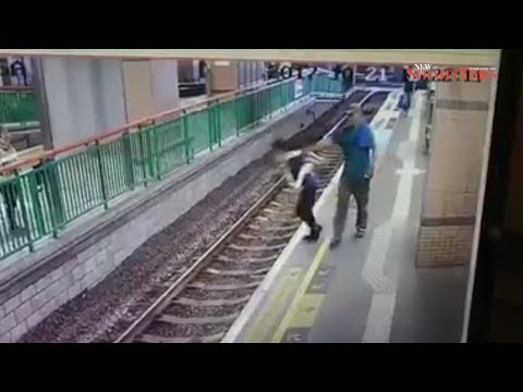 المغرب اليوم - لقطات صادمة لرجل يلقي بسيدة على قضبان سكة حديد