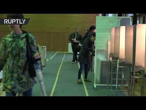 المغرب اليوم - شاهد لقطات من مراكز الاقتراع في الانتخابات البرلمانية اليابانية