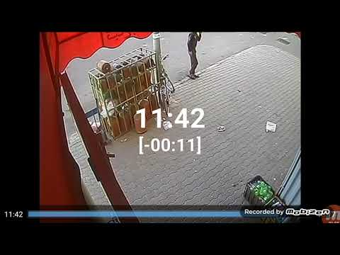 لحظة سرقة لص دراجة هوائية أمام سوبر ماركت