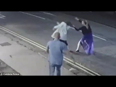 شاهد امرأة وشقيقيها يهاجمان المارة خارج ملهى ليلي