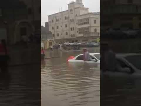 شاهد لحظة إنقاذ وافد أسيوي مسن احتجزته السيول في جدة