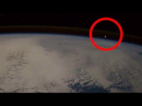 شاهد جسم غريب يخترق الغلاف الجوي للأرض يثير ضجة