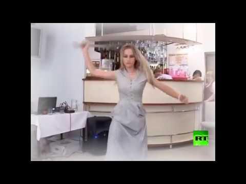 فتاة روسية تستعرض مهاراتها في الرقص بالسيف