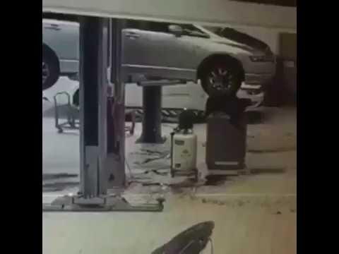 شاهد سقوط عامل بطريقة مروعة داخل ورشة سيارات