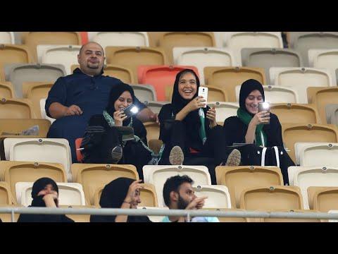 شاهد مشجعات سعوديات في ملعب لكرة القدم