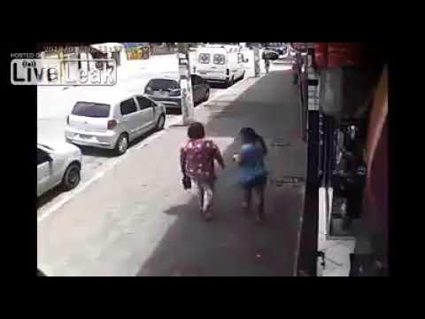 شاهد رجل يعتدي على فتاة حاولت منعه من إيذاء كلاب بالطريق