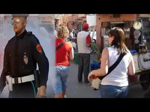 شرطي يمنع سائحين أجنبين من تبادل القبل